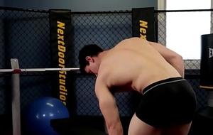 Muscular gym hunk solo milking bushwa till spunk