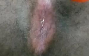 Casado se masturbando com cenoura