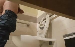 Pissing&nbsp_&amp_&nbsp_Jerking&nbsp_in Bathroom11[1]