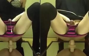 Sissy sentando spoonful consolo com vibrador dentro da calcinha gozado gostoso