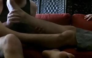 Лижет ноги [480p]